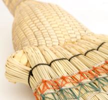 茎の部分を編み上げる際に、カラサキという昔から伝わる独特の道具を使って、何回も茎を裂くんだ。だからこんな細かく編み上げられる