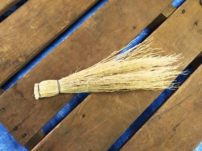 一通り針金で巻く作業を終え、次は茎の余分な部分を切り落とす作業です。
