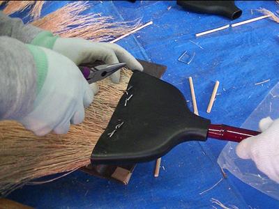 樹脂カバーとほうき草を完全に固定するため、タッカー針を打ち込みます。